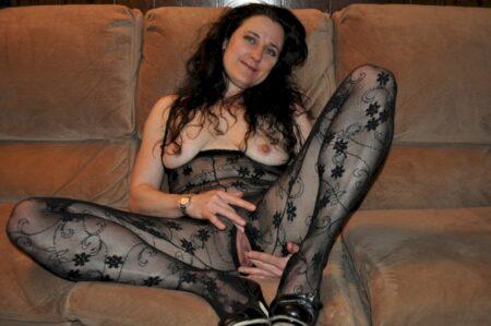 Femme cougar sexy autoritaire pour homme qui se soumet
